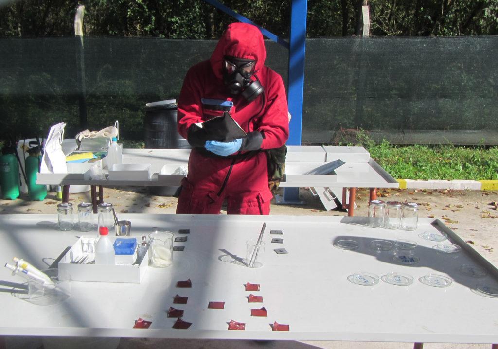 Gant DECPOL pour la décontamination d'urgence