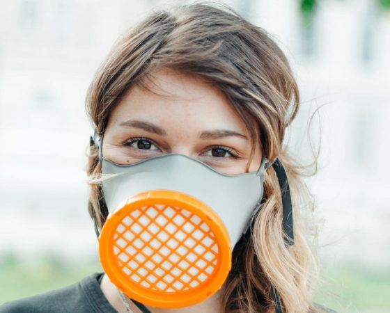 Des acteurs économiques de la région Auvergne-Rhône-Alpes se mobilisent dans la lutte contre la pandémie de Covid-19 pour produire un masque de protection réutilisable